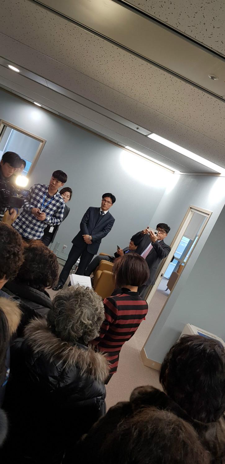 질문위해 서있는 김회장 18.12.13..jpg