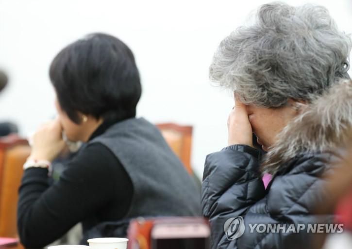 17.12.13. 국회방문한 군사상유가족협의회 회원들이 한국당이 공청회요구하며 처리지연되자 눈물흘리고있다.jpg